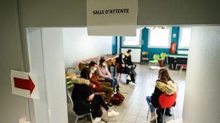 Des élèves patientent dans une salle d'attente lors d'une opération de tests du Covid-19, à Montivilliers, en Seine-Maritime (illustration). (SAMEER AL-DOUMY / AFP)