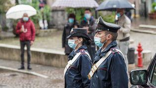 Des policiers pendant une minute de silence à la mémoire des 14 victimes lors de la journée de deuil de la ville à Stresa, en Italie, le 24 mai 2021. (TINO ROMANO / ANSA)