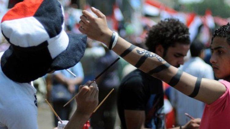 Place Tahrir, les manifestants en colère contre la lenteur des réformes demandent des changements politiques (15-07-11) (AFP PHOTO / MOHAMED HOSSAM)