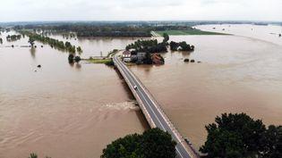 Plus de 24 heures après les intempéries, les eaux de la Meuse recouvrent toujours une partie de la ville deMaeseyck, dans l'est de la Belgique, le 16 juillet 2021. (ERIC LALMAND / BELGA MAG / AFP)