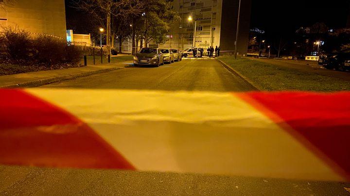 La rue de Fribourg, à Besançon, a été bouclée par la police, mercredi 25 décembre 2019. (MARC BERTRAND / RADIO FRANCE)