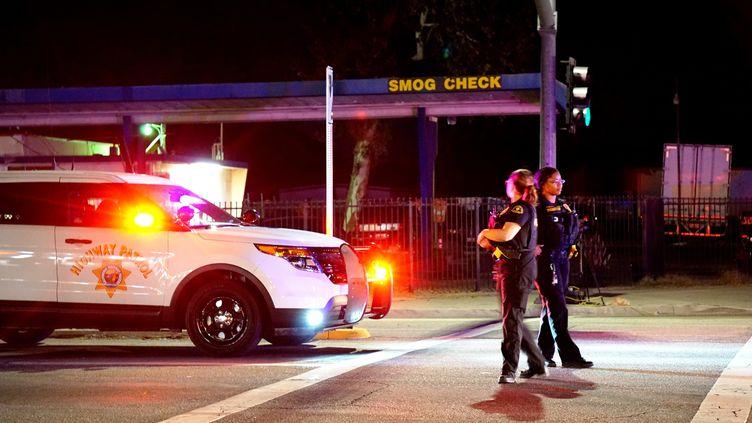 Les forces de l'ordre sécurisent la zone où a eu lieu une fusillade le 2 décembre 2015,à San Bernardino (Californie). (MINTAHA NESLIHAN EROGLU / ANADOLU AGENCY / AFP)