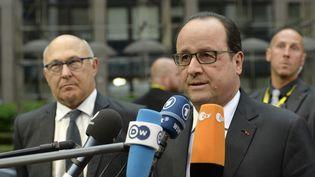 François Hollande s'adresse à la presse lors de son arrivée à Bruxelles (Belgique), lundi 22 juin 2015, où se déroule une réunion d'urgence de l'Eurogroupe pour examiner le cas de la Grèce. (THIERRY CHARLIER / AFP)