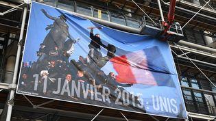 La photographie de Stéphane Mahé déployée sur la façade du Centre Pompidou  (DOMINIQUE FAGET / AFP)