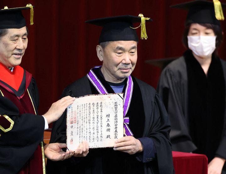 Haruki Murakami, diplômé de l'université de Waseda, reçoit une récompense le 1er avril 2021 à Tokyo. (KEITA IIJIMA / YOMIURI)