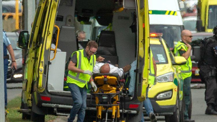 Un blessé est évacué par les secours après les attentatscontre deuxmosquées de Christchurch(Nouvelle-Zélande), le 15 mars 2019. (REUTERS)