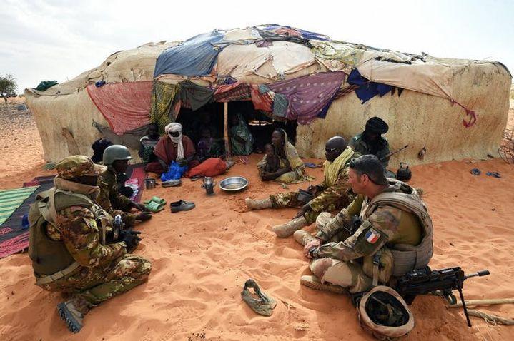 Des soldats français en discussion avec des membres d'une famille touarègue à Timbamogoye (Mali), 10mars 2016.  (PASCAL GUYOT/AFP)