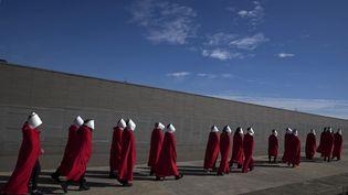 """Des militantes pour la légalisation de l'avortement déguisées en Servantes au """"Parque de la Memoria"""" à Buenos Aires. La figure de la Servante est aujourd'hui utilisée par les militantes féministes. (ALEJANDRO PAGNI / AFP)"""