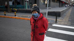 Une femme porte un masque contre le coronavirus Covid-19 à Pékin (Chine), le 9 mars 2020. (GREG BAKER / AFP)