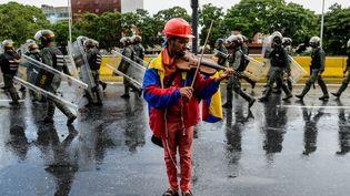 Le violoniste Wuilly Arteaga lors d'une manifestation, à Caracas, la capitale vénézuélienne, le 24 mai 2017. (FEDERICO PARRA / AFP)