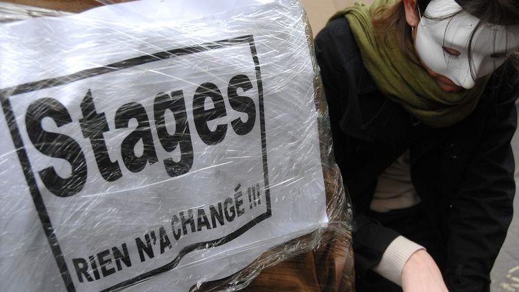 Un militant de l'association Génération précaire manifeste à Paris, le 2 mars 2007. (MAXPPP)