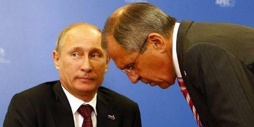 Le président russe, Vladimir Putin (à gauche), et le ministre des Affaires étrangères, Sergei Lavrov (à droite), à Vladivostok (est de la Russie) le 8-9-2013. (AFP - Grigory Dukor)