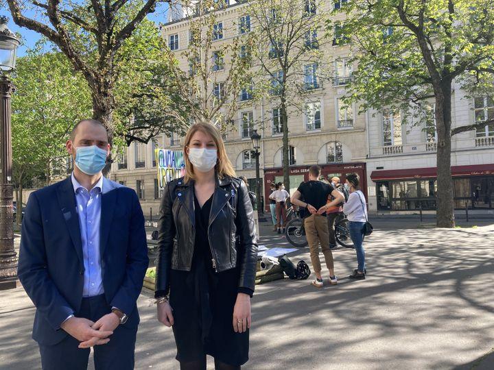Les députés Dimitri Houbron et Valérie Petit rendent visite aux manifestants, le 30 mars 2021. (CAMILLE ADAOUST / FRANCEINFO)