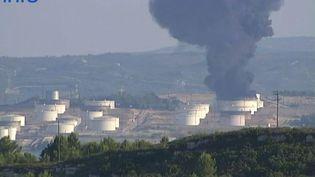 L'incendie sur le site pétrochimique LyondellBasell à Berre-l'Etang (Bouches-du-Rhône), le 14 juillet 2015. (FRANCE 2)