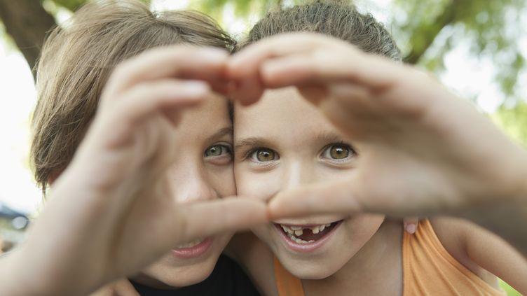 """Le """"cœur avec les doigts"""" pourrait permettre de """"liker"""" un contenu sur les réseaux sociaux avec des Google Glass. (AFP)"""