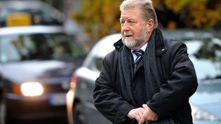 L'ancien député socialiste Jean-Pierre Kucheida arrive à l'hôtel de police de Douai (Nord), le 17 octobre 2012. (PHILIPPE HUGUEN / AFP)