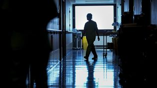 Un couloir d'hôpital. Photo d'illustration. (KENZO TRIBOUILLARD / AFP)