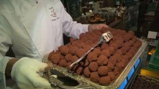 Pendant cette semaine de fêtes, la rédaction du 13 Heures décline le chocolat sous toutes ses formes. Jeudi 26 décembre, découvrez la fabrication des truffes au chocolat. (FRANCE 2)