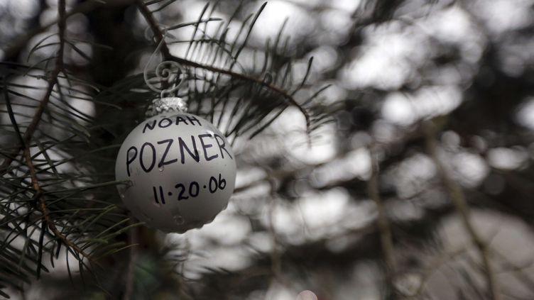 Une décoration de Noël en hommage à Noah Pozner, la plus jeune victime de la fusillade de Newtown, Connecticut (Etats-Unis), le 17 décembre 2012. (MARY ALTAFFER / AP / SIPA)