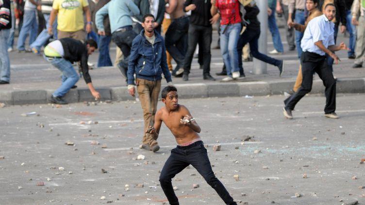 Partisans et opposants au président islamiste égyptien Mohamed Morsi s'affrontent à Alexandrie(Egypte), le 23 novembre 2012. ( AFP )