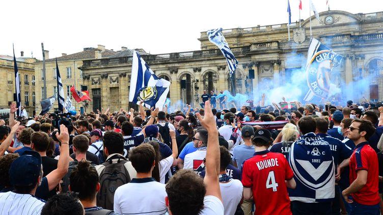 Les supporters des Girondins devant la mairie en juin (MEHDI FEDOUACH / AFP)