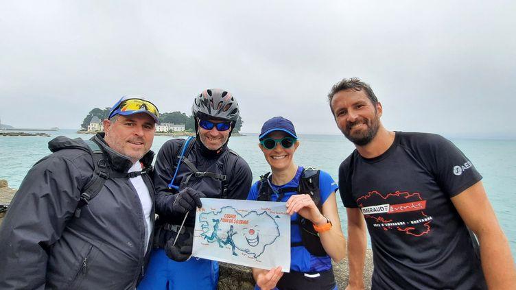Ronan et Olivier, à gauche, vont partir pour 50 kilomètres à vélo sur le GR 34, entre Douarnenez et la pointe du Raz, dans le Finistère. Ils pédalent pour une association, Rêves de clown. (BENJAMIN ILLY / RADIO FRANCE)
