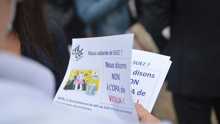 Les salariés de Suez ont distribué des tracts devant la tour de Paris-La Défense, contre le projet de rachat de Véolia, le 8 septembre 2020. (VICTOR VASSEUR / RADIO FRANCE)