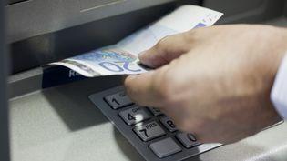 Un homme a braqué un convoyeur de fonds alors qu'il approvisionnait un distributeur de billets, mardi 29 décembre, àSavigny-le-Temple (Seine-et-Marne). (PHOTOALTO / ALE VENTURA)