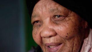 Unique personne parlant le nluu, Katrina Esau se bat afin de maintenir l'existence de sa langue natale, qui a failli disparaître lors de la colonisation de l'Afrique du Sud par les Néerlandais. (CAPTURE ECRAN FRANCE 2)
