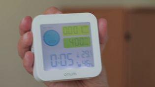 Les capteurs de CO2 ont été recommandés par le ministère de l'Education pour limiter la propagation du Covid-19 dans les salles de classes à la rentrée scolaire. Connaître la concentration de CO2 dans une pièce incite à aérer plus régulièrement. (FRANCE 2)