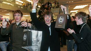 Un client achète le tout premier iPhone d'Apple, le 9 novembre 2007 à Londres (Royaume-Uni). (CARL DE SOUZA / AFP)