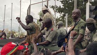 Des soldats arrivent place de l'Indépendance, à Bamako, au Mali, le 18 août 2020. (MALIK KONATE / AFP)