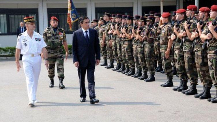 Le premier ministre, François Fillon, passe en revue un détachement français à Libreville (Gabon) le 17 juillet 2011 (AFP - WILS YANICK MANIENGUI)