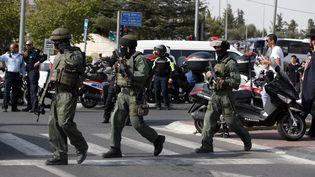 Des soldats israéliens patrouillent après une attaque au couteau contre un policier israélien, le 12 octobre 2015 près du quartier général de la police israéelienne à Jérusalem. (AHMAD GHARABLI / AFP)