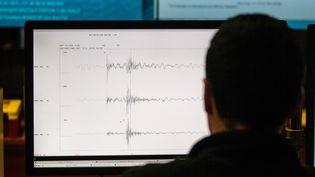 Un technicien d'un centre de recherche en sismologie consulte des enregistrements de données de tremblements de terre, à Santiago (Chili), le 4 août 2017. (CHRISTIAN MIRANDA / AFP)
