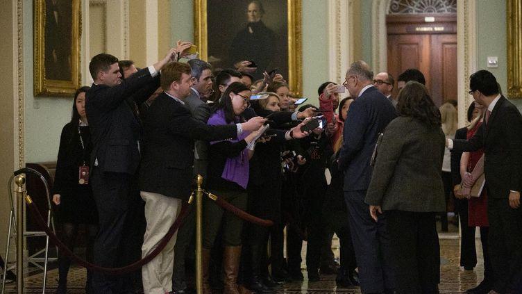 Le sénateur démocrate Chuck Schemer interrogé par la presse, le 21 janvier 2020. (STEFANI REYNOLDS / CONSOLIDATED NEWS PHOTOS / AFP)