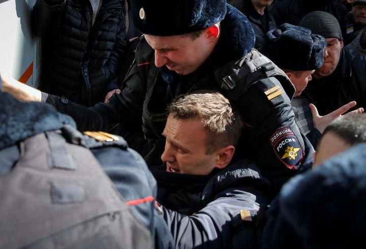 L'opposant russe Alexeï Navalny lors de son interpellation à Moscou (Russie), dimanche 26 mars 2017. (MAXIM SHEMETOV / REUTERS)