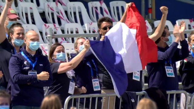 Axel Reymond sur le toit de l'Europe après sa victoire au 25 km eau libre à Budapest en 4h35'59'. C'est la troisième fois de sa carrière que le nageur francilien est sacré champion d'Europe.