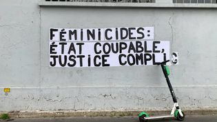 Message anti-féminicide affiché sur les murs de Paris, le 6 décembre 2019. (LP/ MATTHIEU DE MARTIGNAC / MAXPPP)