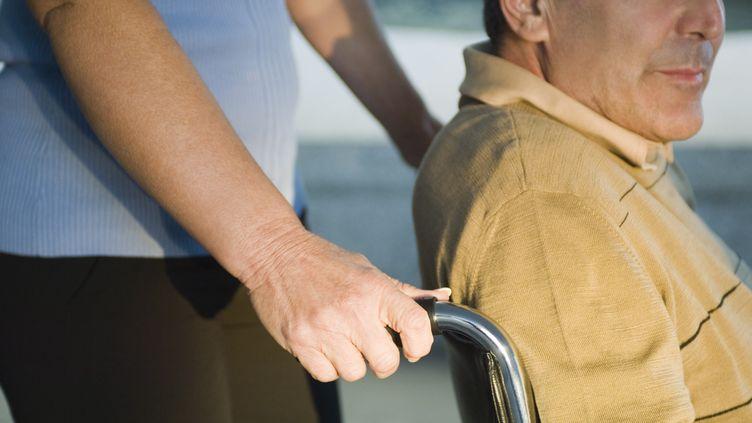 Quelqu'un pousse un homme en fauteuil roulant. (MAXPPP)
