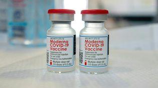 Des flacons de vaccin contre le Covid-19 Moderna (illustration). (JOSEPH PREZIOSO / AFP)