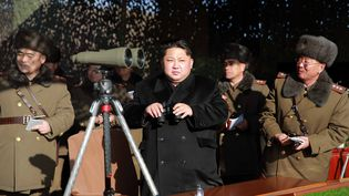 Kim Jong-un inspecte un concours de feux d'artifices, en Corée du Nord, sur cette photo publiée le 5 janvier 2016 parl'agence nationale de presse nord-coréenne. (KNS / KCNA)