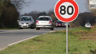 Un panneau annonçant la limitation de la vitesse à 80 km/h au bord d'une route départementaleàPloudaniel (Finistère). (MAXPPP)