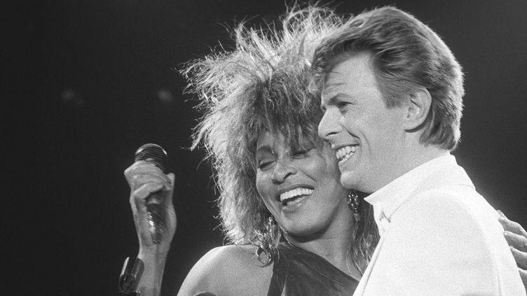 """David Bowie et Tina Turner en 1985 chantent """"Tonight"""" en duo.  (Paul Cox / Nurphoto / AFP)"""