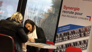Une séance de job dating à Montbéliard (Doubs), pour recruter des intérimaires et des emplois en CDD chez PSA, le 5 janvier 2016. (MAXPPP)