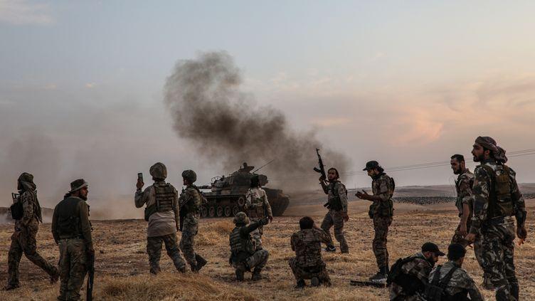 Des soldats de la coalition turque à proximité de Manbij, dans le nord est de la Syrie, le 14 octobre 2019. (ZEIN AL RIFAI / AFP)