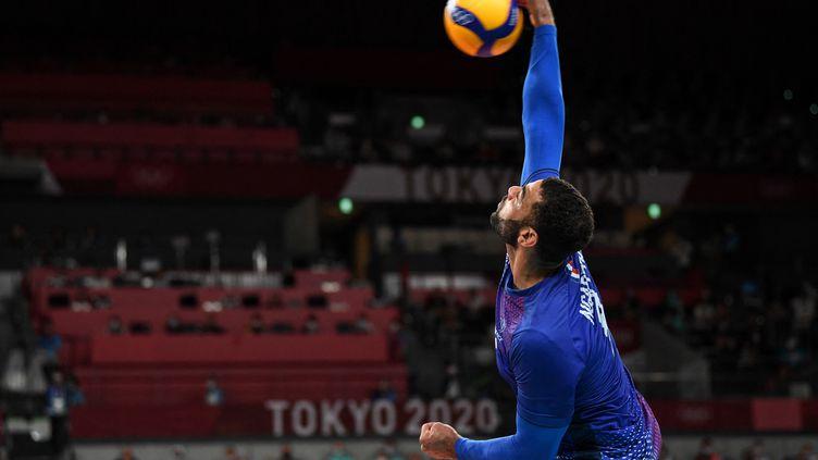 Le leader de l'équipe de France, Earvin Ngapeth, au service face à la Russie en finale des Jeux olympiques le 7 août 2021 à Tokyo. (YURI CORTEZ / AFP)