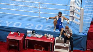 Mourad Aliev n'a pas voulu quitter la salle après sa disqualification, contestant la décision des juges. (LUIS ROBAYO / AFP)