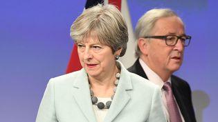 La Première ministre britannique, Theresa May, et le président de la Commission européenne, Jean-Claude Juncker, le 8 décembre 2017 à Bruxelles (Belgique). (EMMANUEL DUNAND / AFP)