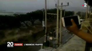 Capture d'écran d'une vidéo d'un habitant des Célèbes filmant la vague. (FRANCE 2)